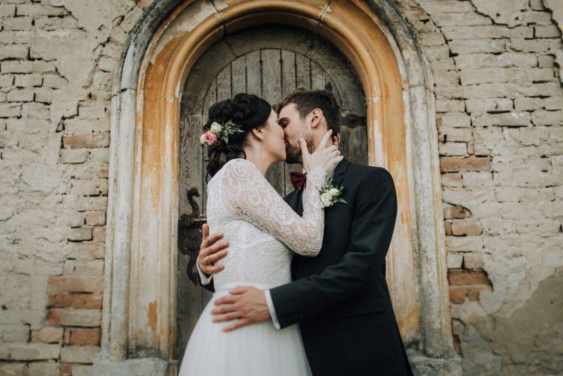 9d10e12c00 Szabadtéri esküvő egy romos kis kápolna tövében