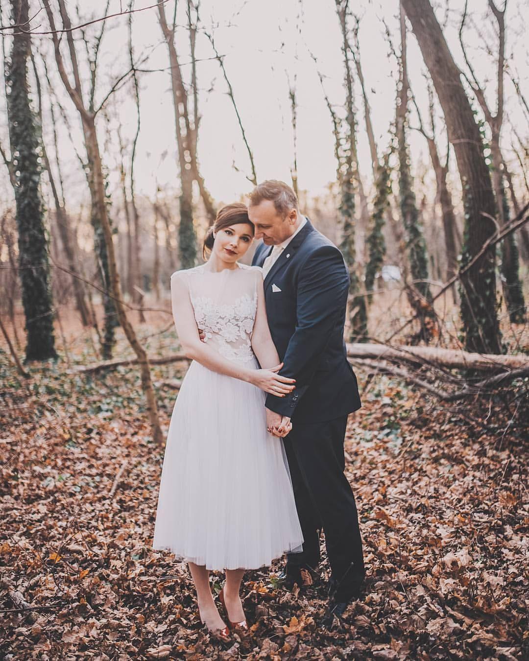 ,téli esküvő,esküvő,daalarna ruha,vörös cipő,kreatív fotózás,eleven fotó,hófehérke,